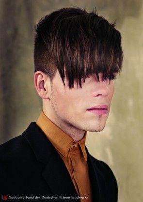Die Größe des fringe scheint zu schrumpfen, die zarten Koteletten noch mehr. Seinem gut geschichteten Haare schneiden für asymmetrische styling mit... #lange #Pony #Männer #schneiden