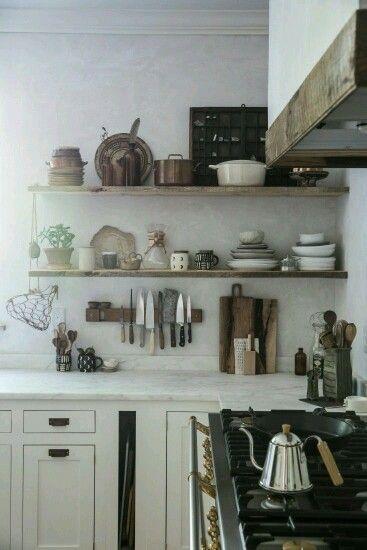 Keuken zonder bovenkastjes maar mét steigerhouten planken. Zowel servies als leuk details op de planken