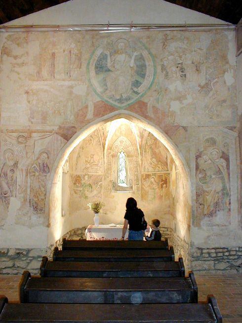 Velemér és az Őrség egyik nevezetessége a freskókkal díszített Szentháromság műemléktemplom