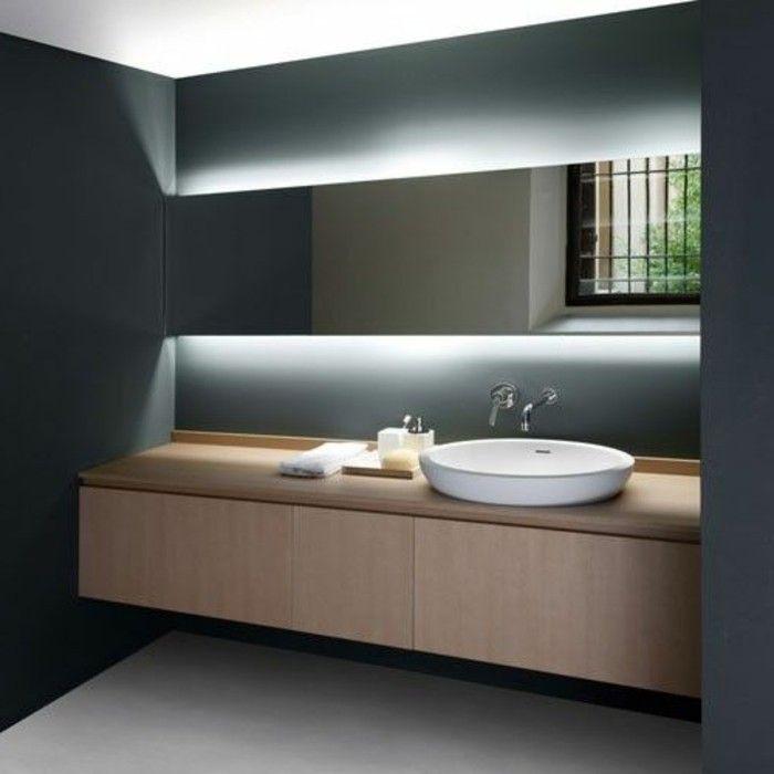 miroir avec luminaire led, salle de bain en gris foncé et blanc, meuble en bois
