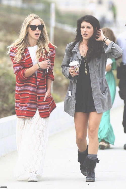 Shenae Grimes Photos - stars Gillian Zinser and Shenae Grimes film beach  scenes for an upcoming episode of their hit show in Los Angeles.