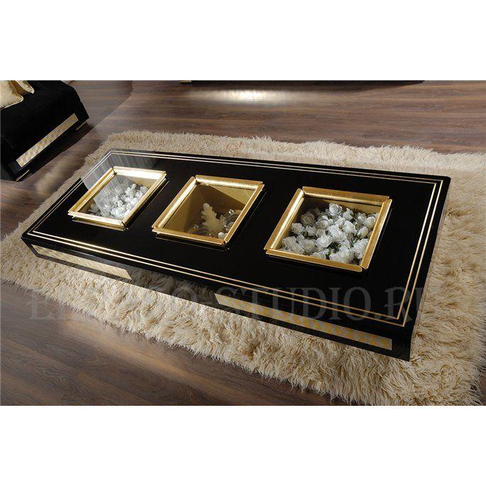 Стильный кофейный столик из коллекции Mosaik итальянского бренда Vismara. Три лотка на столешнице делают столик необычным и позволяют хранить в нем предметы, которые могут стать частью интерьера комнаты. Декорирован рисунком из маленьких ромбов покрытых золотой или серебряной фольгой. Для создания декора используется ручная работа. Крышки лотков изготовлены из закаленного стекла с ручками золотого или серебряного цвета. Возможны варианты исполнения столика в матовом или глянцевом покрытии, в…