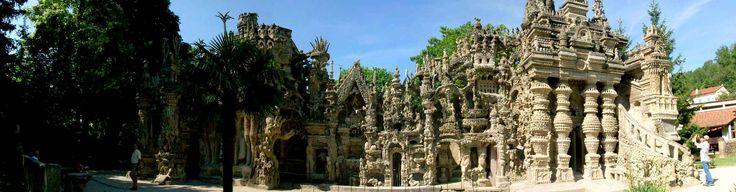 Ce lieu magnifique se situe à Hauterives en France. Il a pendant 33 ans assemblé des pierres à l'aide de chaux, de mortier et de ciment pour réaliser ce Palais qui mesure 12 mètres de haut et 26 mètres de long.