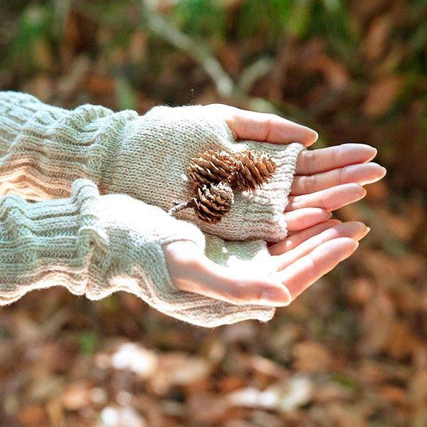【天衣無縫】ウール×コットン ケーブル編みアームカバー オーガニックコットン 毛 アームウォーマー 親指が出るタイプ 無地 日本産●サイズフリーサイズ(長さ:26cm)●素材ウール68%・オーガニックコットン29%・ナイロン3%●タイプグレー・オフホワイト・ベージュ●生産国日本●商品情報「暖かさに、可愛らしさを混ぜた肌触り抜群のアームウォーマー」ケーブル編みで肌ざわりがよく、優しいフィット感のあるアームウォーマー!1枚でも暖かく、重ねて着用されても可愛い商品。ウールとコットンをミックスした杢調が可愛らしい、ソックスとウォーマーのシリーズです。たっぷりのウールで、見た目も心もあたたかく、おしゃれのポイントにピッタリ!落ち着いた3つのカラーで、コーディネートを問わずお使いいただけます。 身に着けたまま、PCやスマートフォンを使えるのも、うれしいポイントです!●通販サイト HOTOHOTO(ほとほと)【天衣無縫】ウール×コットン ケーブル編みアームカバーはHOTOHOTO(ほとほと)!冷え性改善商品、オーガニック、シルク、婦人・紳士向けの暖か商品はホトホト!