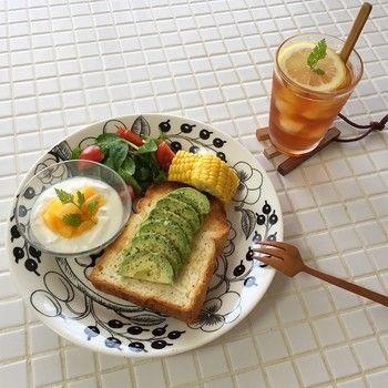 トーストにアボカドを並べるだけでこんなに美しく、そしておいしくなるのです!お皿のデザイン、ヨーグルト、お野菜、ドリンクにいたるまで、すべてをさりげなくセンス良くまとめている朝食。