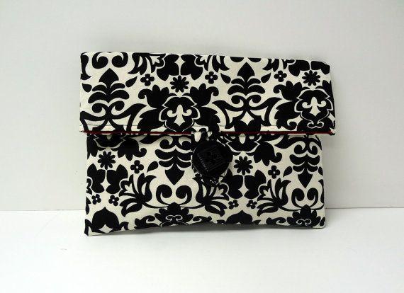 Este Adorable embrague bolso de maquillaje se hace de una tela impresión floral del Damasco negro. Está forrado en un rojo sólido y tiene un botón negro. La plegable abotonado maquillaje bolsos son hechos de telas de diseñador de algodón de calidad. El tamaño medio es de aproximadamente 8 x 6 pulgadas y están adornados con un botón de coordinación. Las garras son estabilizadas con una capa de entretela para mantener su bolso gran.  La última imagen de este listado muestra un conjunto de…