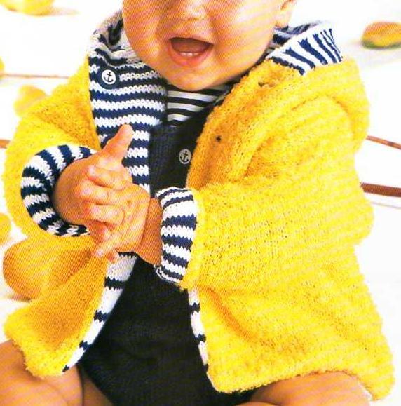 Une veste à capuche à tricoter pour bébé : un côté jaune, l'autre bleu et blanc. Tailles : 3 mois à 2 ans Aiguilles : 3,5 Le paletot à capuche Le paletot gris et son écharpe Le gilet sans manche à capuche