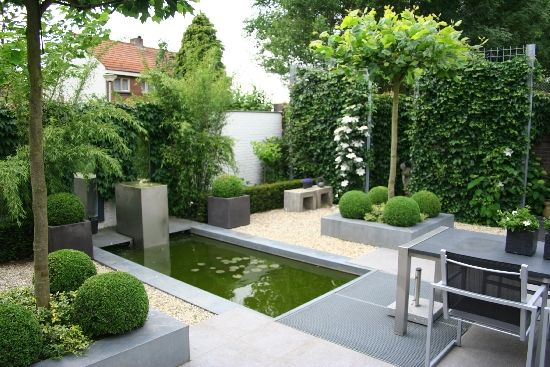Simple, modern and formal garden where everything is designed in straight lines and mostly green and grey colours - Mooie boompjes/ border