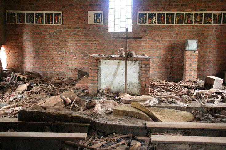Руины церкви Нтарама, где прятались более 5000 человек. В них бросали гранаты, стреляли из винтовок, жертв рубили мачете или сжигали заживо.