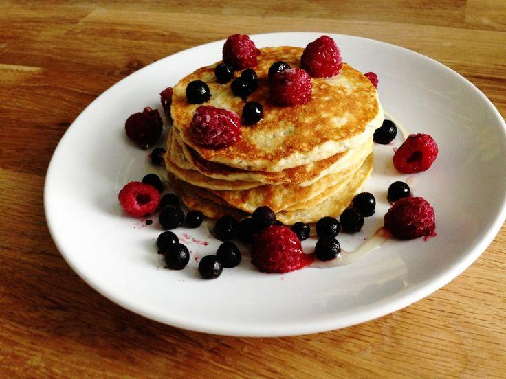 Dessa proteinpannkakor med vaniljsmak är supergoda och lätta att göra. Perfekt som frukost eller mellanmål! Recept för 1 portion 1,5 msk mandelmjöl 1/2 skopa vaniljproteinpulver 1 msk fiberhusk 1/2 tsk bakpulver 2 ägg 3/4 mjölk Rör först ihop de torra ingredienserna, sen rör du i resten. Låt stå 10 minuter. Tillsätt lite mer mjölk om smeten blivit för stabbig. Stek på relativt hög värme, jag stekte i smör. Servera med bär och agave sirap.