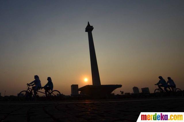 Ngabuburit naik sepeda keliling Monas