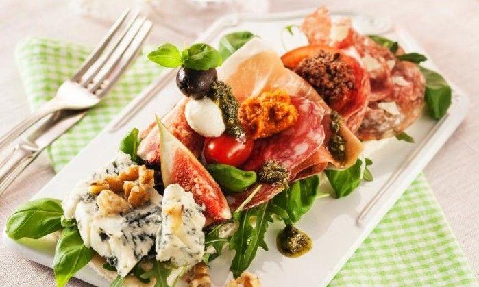 Lyxig landgång med italienska delikatesser som gorgonzolaost, lufttorkad skinka, salami, pesto och oliver.