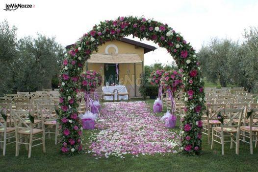 http://www.lemienozze.it/gallerie/foto-fiori-e-allestimenti-matrimonio/img5348.html Arco di fiori per il matrimonio viola e bianchi per l'allestimento esterno