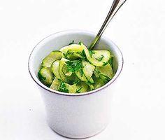 Delikat och utsökt pressgurka. Charmant klassiker, skivad gurka i effektfull ättikslag. Idealisk till mustiga grillade köttbitar. Makalöst gott också till köttbullar med kokt potatis.