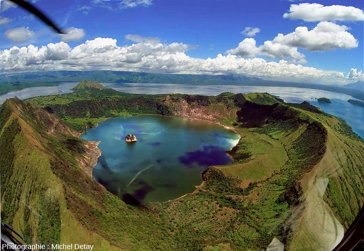 Philippines : Île Luzon, lac Taal. Dans ce lac, le volcan du même nom a formé une île, Volcano Island. Dans le cratère de ce volcan, un lac s'est formé. Lac dans lequel on trouve… Une île (Vulcan Point) !