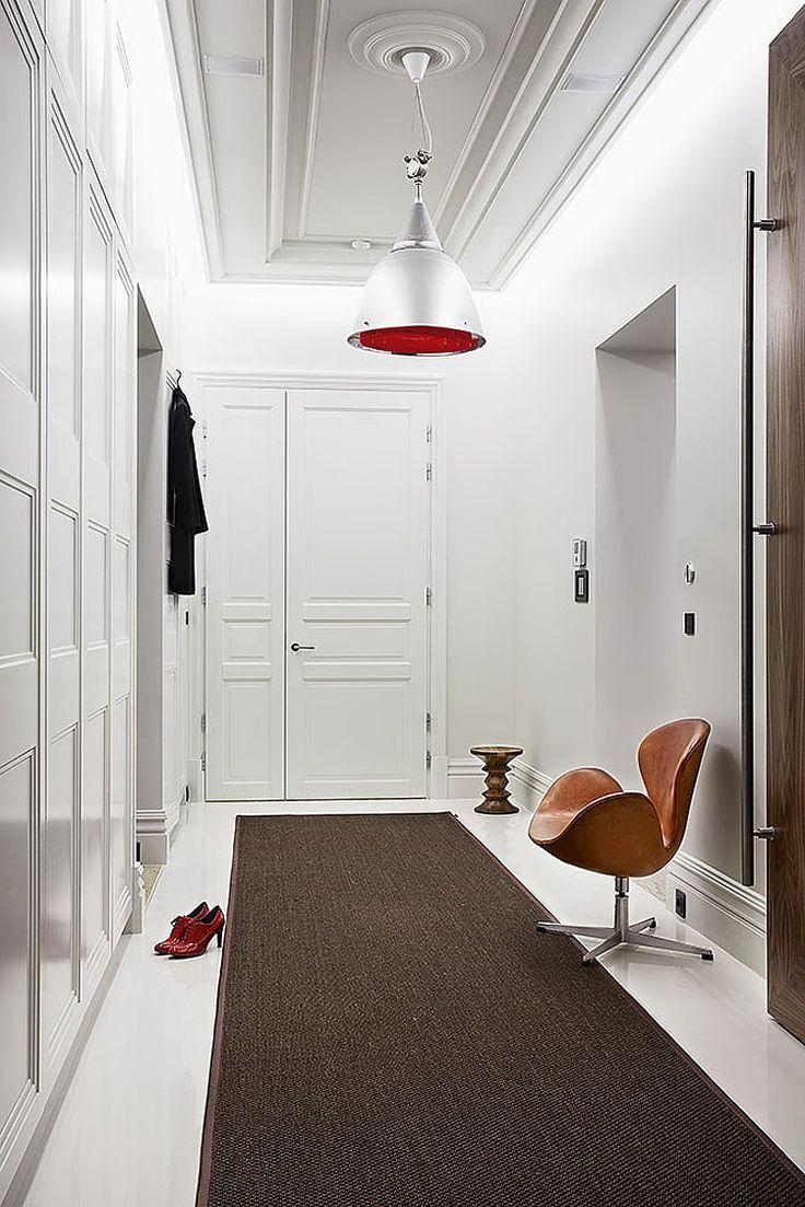 Witte dressing met tapijt en design stoel van Arne Jacobsen (Swann Chair).
