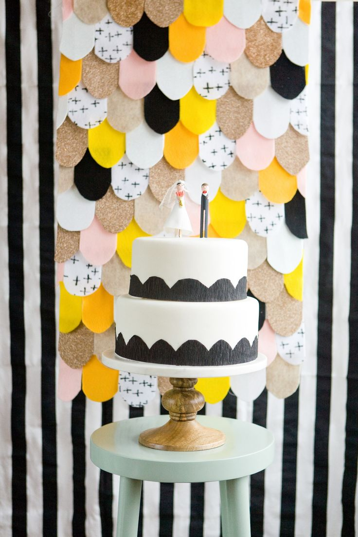 Ready for a quick craft that can be used at a wedding, party, or ceremony? Click in for ideas on how to DIY this simple no sew backdrop that instantly brightens any space. Courtesy of Ruffled.