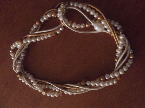 Cuero perlas marfil y dorado