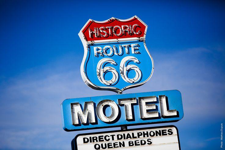 Villages « vintages », vieilles voitures à l'abandon, restos de routiers et motels typiques, l'historique route 66 semble tout droit sortie d'un film ! Malheureusement, il est impossible aujourd'hui de parcourir son trajet original. Mais les passionnés de la route ne manqueront aucune occasion pour prendre une sortie « Historic 66 » pour rouler quelques kilomètres supplémentaires sur l'ancien trajet. C'est partir à la découverte d'un monde oublié !