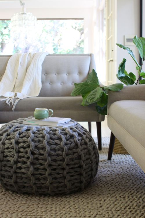 Pouf und Beistelltisch #DIY #selbermachen #stricken #knitting #Strickanleitung #Anleitung #pattern #Wolle #Garn #wohnen #Idee #Inspiration #home #kreativ #Einrichtung ##Puff #Pouf #Hocker #sitzen #Fußhocker #Sofa #Couch #giant #knitting #Stuhl #Tischchen #Ablage #Couchtisch