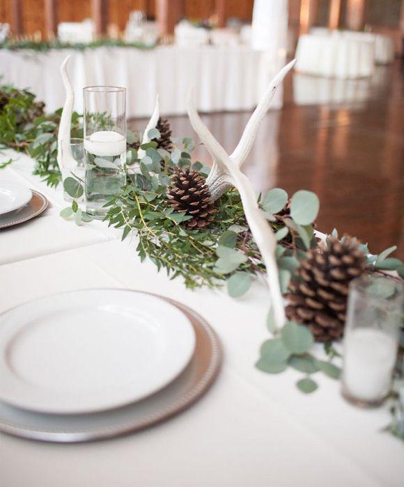 Decoracion de boda con piñas. Centros de mesa con piñas y eucalipto