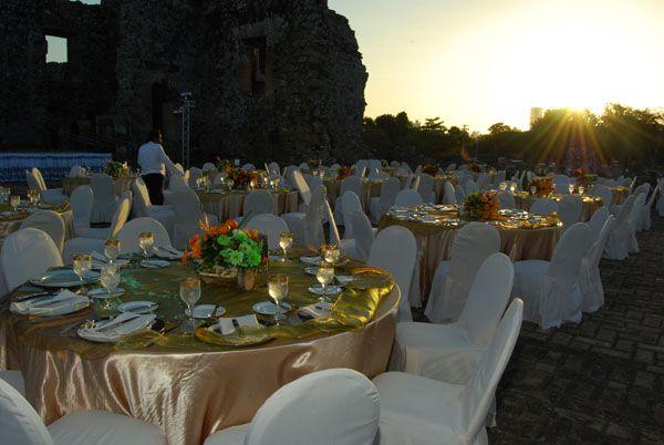 Montaje final de mesas, para cena en la Torre de Panamá Viejo.