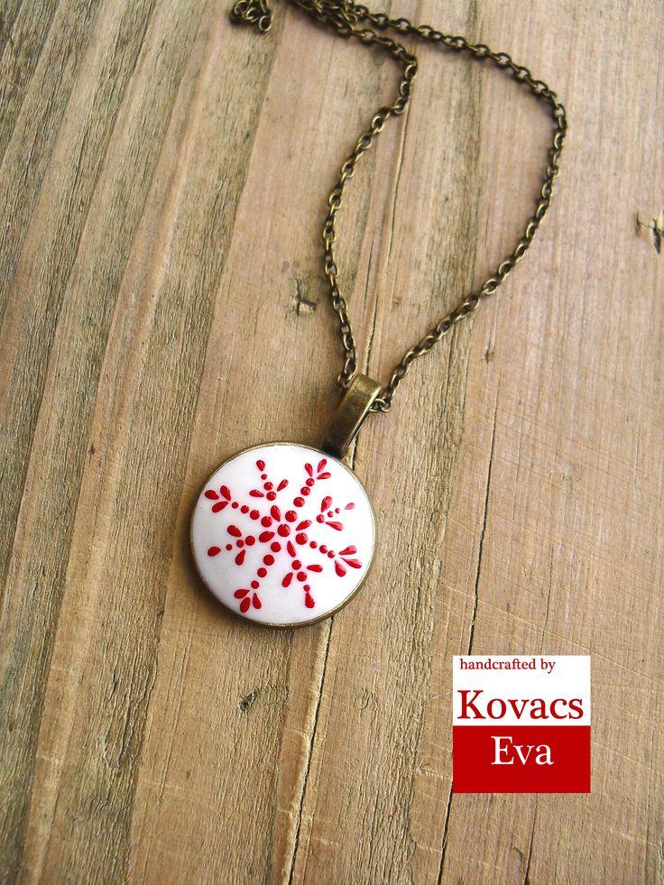 Nyaklánc piros fehér hópelyhes porcelán medállal. Necklace with red and white snowflake porcelain pendant.