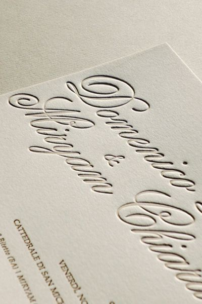 Oggi vogliamo parlarvi delle tecniche di stampa più diffuse e apprezzate per le partecipazioni di matrimonio e gli inviti in genere: stampa a rilievo e termorilievo.