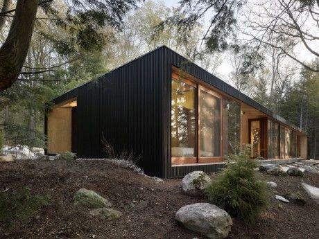 Одноэтажный лесной дом у озера с шатровой крышей в Канаде