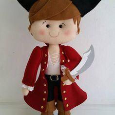 Pirata em feltro com 50cm, linda peça para decoração de festas infantis e quarto de criança, muito charme e riqueza nos detalhes, casaco vermelho e espada na mão