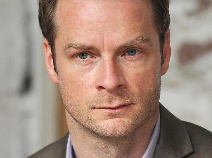 Der Schauspieler Hinnerk Schönemann glaubt, dass er als Kommissar Jürgen Simmel das Sagen hat.