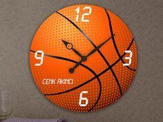İsme Özel Basketbol Temalı Duvar Saati  Özel olarak tasarlanan bu saat ile hediye edeceğeniz kişiyi çok mutlu edebilir, her zaman kullanabileceği şık ve dekoratif bir hediye verebilirsiniz.   Hediyelerin en anlamlısı kişiye özel olanlardır. Sevdiğiniz kişiye bu duvar saatini hediye ederek, size özel tasarlanmış, sürekli olarak kullanacağı ve gördükçe sizi hatırlayacağı bir hediye vermiş olacaksınız.