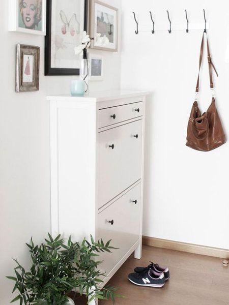 Un recibidor blanco con zapatero #diseñointeriorescasas