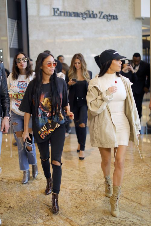 Kim shopping at Mall of the Emirates in Dubai - January 14, 2017