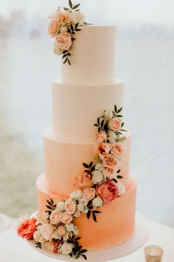 Vier Tier Ombre verblassen Hochzeitstorte mit frischen Blumen geschmückt. Bilder von Elena …   – Wedding Cake + Desserts