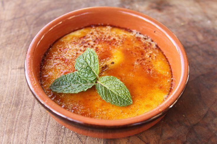 Cette recette de crème brûlée est un classique de la cuisine française, mais avec une petite touche de sirop d'érable typiquement québécoise...