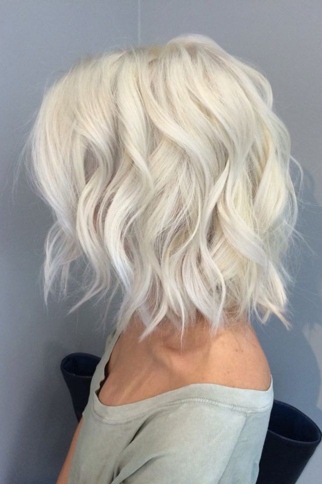 How gorgeous is this wavy icy blonde hairstyle?!