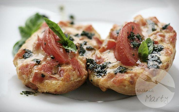 Bruschetta czyli włoska zapiekanka, bardzo szybka w przygotowaniu i pyszna.