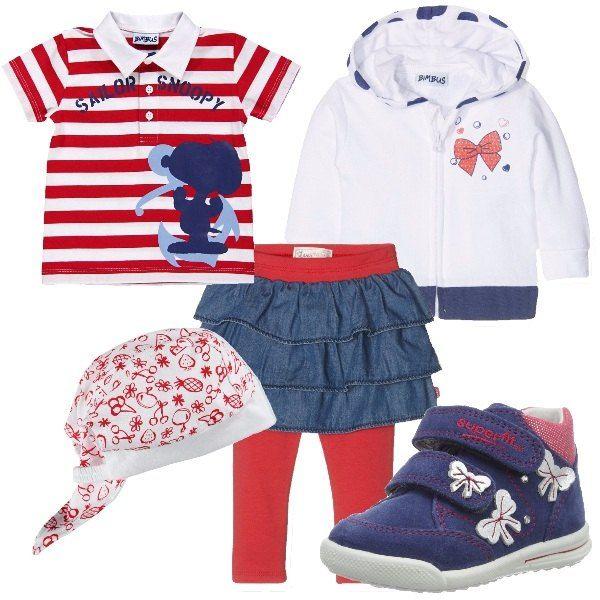 La gonnellina in jeans blu a balze porta già i leggings rossi in cotone . L'abbiniamo alla t-shirt modello polo a righe bianco e rosso con applicazioni colorate blu e azzurro e alla felpa con cappuccio bianca con bordi blu e decoro di fiocco rosso. Ai piedini sneakers alte blu jeans con strappi e decori di fiocchetti bianchi e bordi rossi. Per finire cappellino bianco con decori rossi e fiocco dietro.