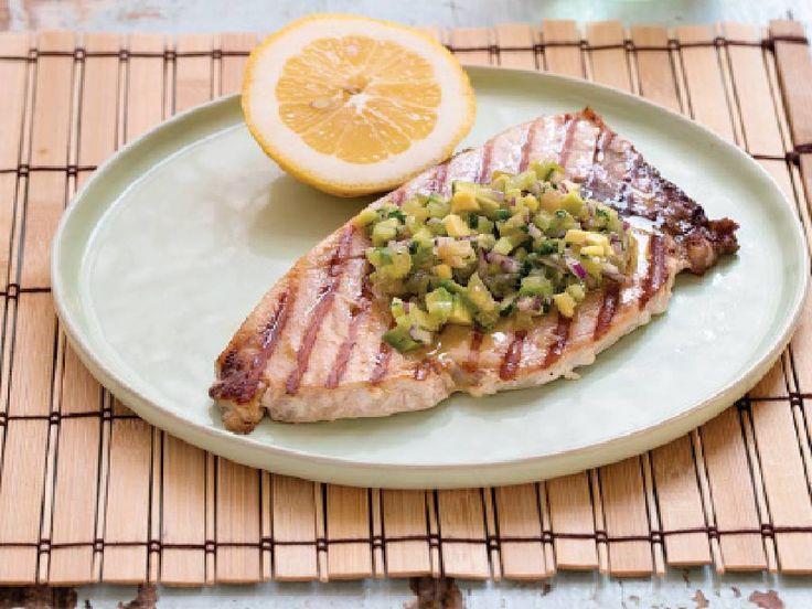 Fantasia, leggerezza e tutto il sapore dell'estate in questa originale ricetta del Pesce Spada grigliato con Salsa di Pomodori Verdi: Ecco come cucinarlo.