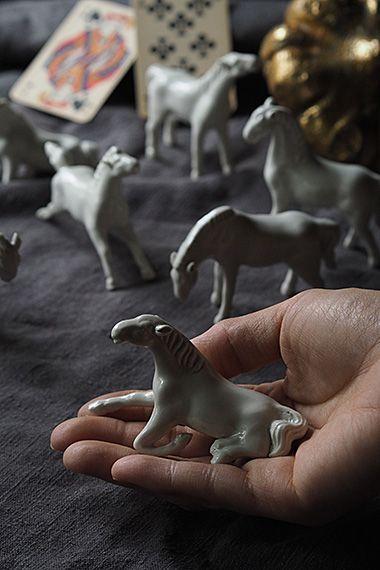 一頭、二頭、、白い馬追う-porcelain white horse objet 南フランスの大湿地帯、カマルグの「海の白い馬」の伝説に伝わる様に、白い動物、 こと、シュヴァル・ブランに対する羨望は訪れていなくともひしひしと伝わる。正に駆け上がる瞬間、寝そべりリラックスした風貌、草を啄もうとしている仕草等いななく声が聞こえてきそうなリアリティ溢れるそれぞれ。