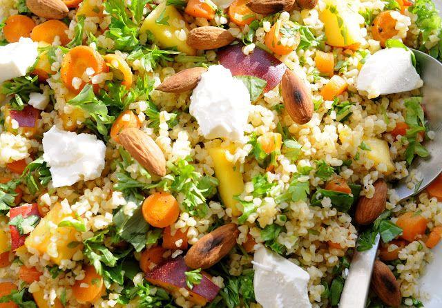 Bulgursalat er en en af de bedste salater og er nem at lave. Dette er en sund opskrift på bulgursalat som alle kan lave. En god salat for hele familien!!