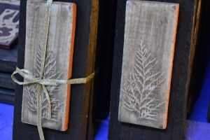 Placas cerámicas con impresiones de plantas silvestres, sobre tabla.