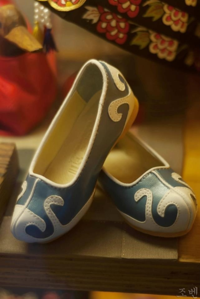 "Gomusin - literally translated as ""rubber shoes"" as part of the traditional costume. At present, it is usually worn by the elder people and Buddhist monks and nuns."