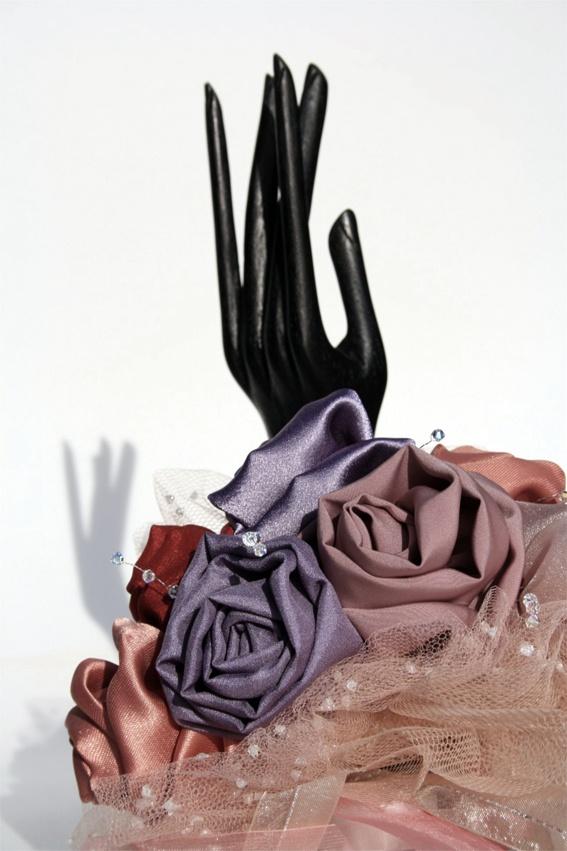 Ava. Bouquet bracciale con rose in tonalità di rosa e lilla e brillantissime perline di cristallo. Una vera praticità da portare al polso.  #MadameBouquet #LeDiveDelCinema #BouquetCreativo #sposaAlternativa #BouquetAlternativo
