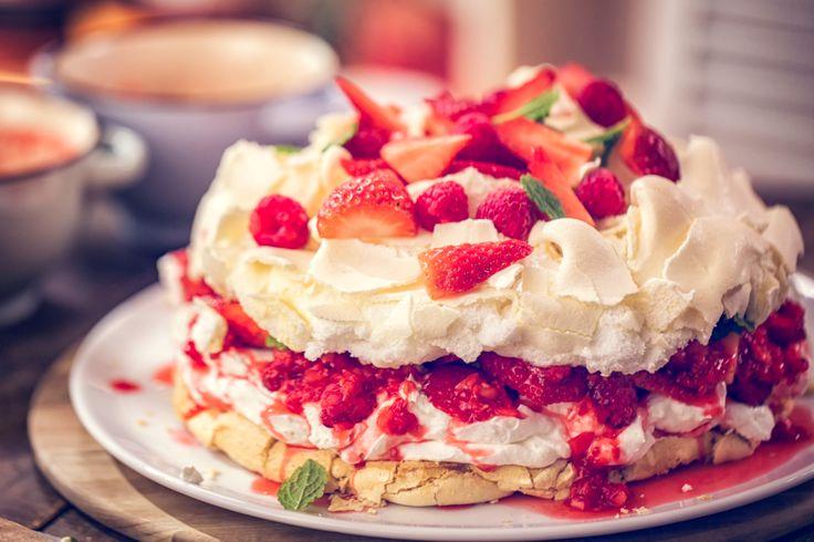 La torta Pavlova è un dolce estivo di origine australiana con una base meringata e un ripieno di frutta fresca e panna montata. Il nome di questo dolce è ispirato alla ballerina russa Anna Matveyevna Pavlova.