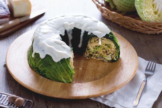 Amici a cena? Questo delizioso timballo di verza con fonduta di taleggio ha tutto il sapore e l'aspetto scenografico per strabiliarli!