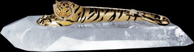 Estilográfica Cartier, motivo tigre, oro, diamantes, y base de cristal de roca. Edición limitada.