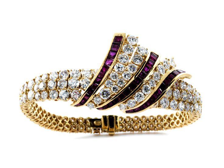 Länge: ca. 18,4 cm. Breite: bis zu 2,7 cm. Gewicht: ca. 36,1 g. GG 750. Außergewöhnliches hochwertiges Armband besetzt mit feinen Brillanten, zus. ca. 17,2...
