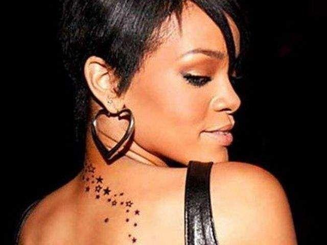 Il tatuaggio di Rihanna: la cascata di stelle. Un fiume di stelle, che parte dalla nuca e arriva quasi fino alla clavicola..  #Rihanna #stars #vipstattoo #ink #inkmet